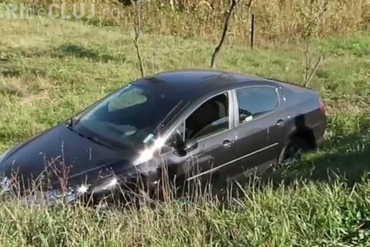 O șicanare în trafic a dus la un accident la ieșire din Gherla. Un șofer a ajuns cu mașina în șanț VIDEO