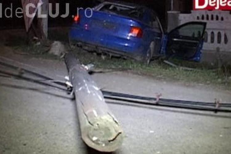 Trei tineri au scăpat ca prin minune dintr-un accident spectaculos la Cășeiu. Au dat vina pe un câine VIDEO