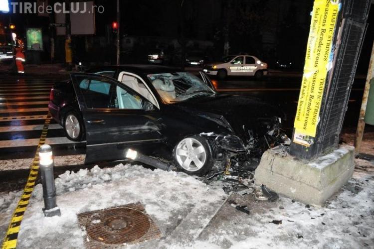 Accident în Mărăști! Un șofer a demolat un panou publicitar