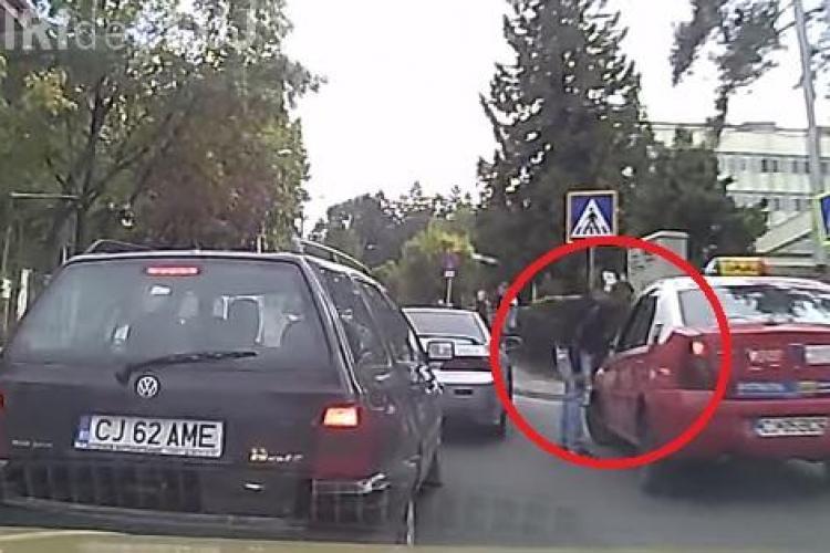 Taximetristul zilei la Cluj! I-a blocat mașina pe Republicii și l-a scuipat - VIDEO