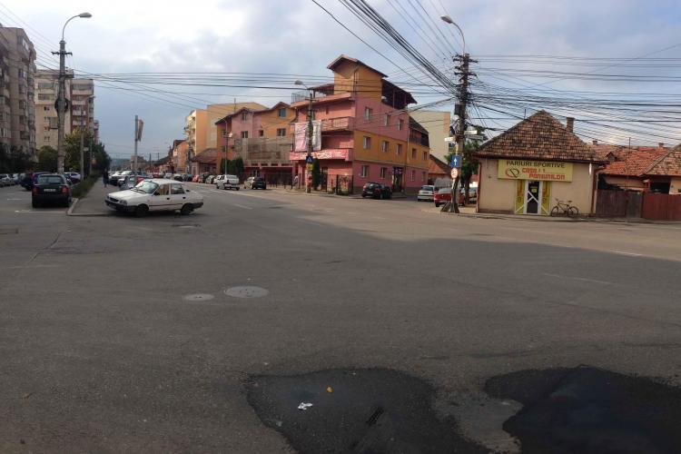 Sens giratoriu experimental lângă blocul Spray, pe strada București