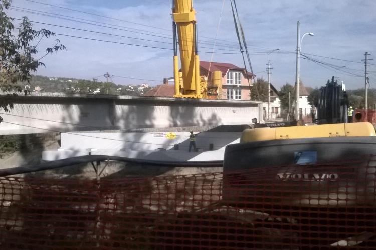 Lucrările la podul peste pârâul Nadăș avansează. Când va fi reluată circulația pe strada Oașului FOTO VIDEO