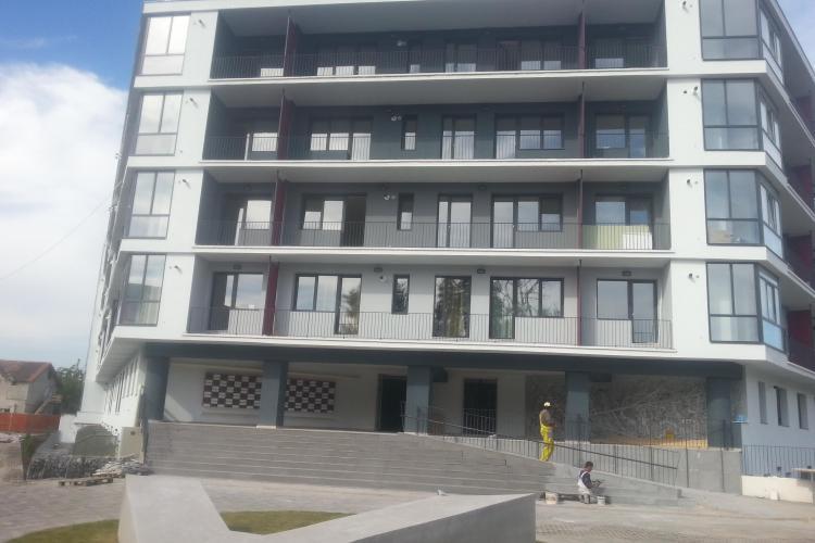 """Un complex rezidențial """"VERDE"""" a fost finalizat la Cluj. Are loc de joaca, fitness in aer liber și un iaz. Vezi care este blocul modern din Cluj"""