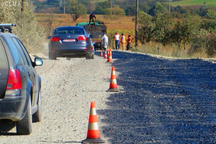 A început asfaltarea la Fizeșu Gherlii cu un an întârziere - FOTO