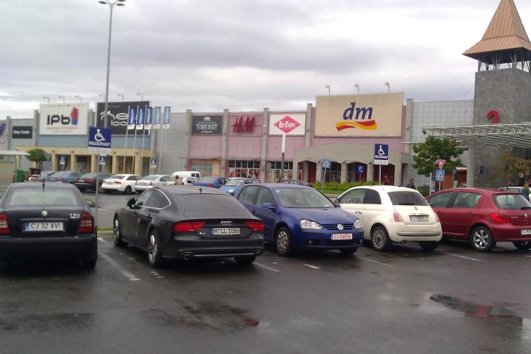 Niște handicapați în parcarea de la Polus - FOTO
