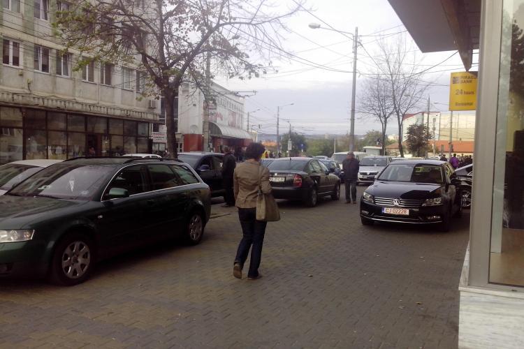Un clujean a chemat poliția locală să ridice mașinile de la lansarea lui Iohannis - FOTO