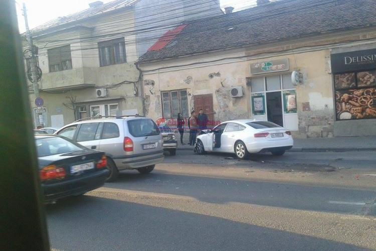 Accident cu patru mașini în centrul Clujului! Un Audi a lovit mașinile la stop - FOTO