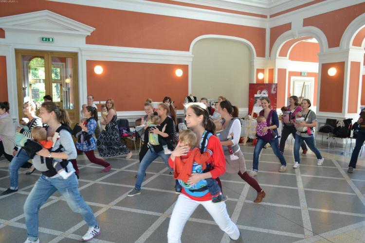 Mămicile din Cluj au dansat cu bebeluşii în sisteme de purtare - FOTO