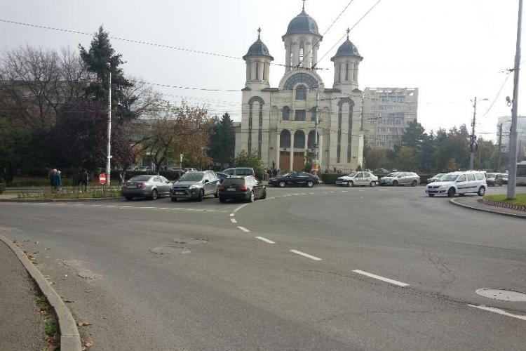 BIEȚII credincioși! Au parcat în intersecție la Interservisan, cât mai aproape de biserică: Care e problema voastră? - FOTO