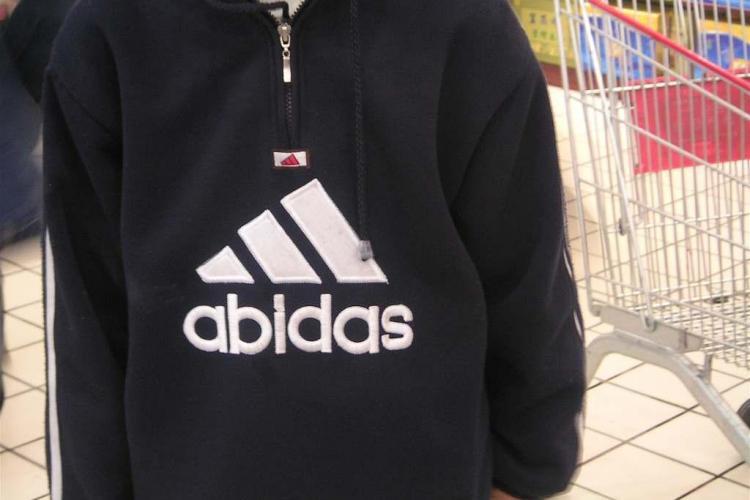 Razie la un magazin de haine din Cluj! Au confiscat articole vestimentare contrafăcute