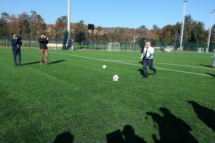 Emil Boc a jucat fotbal la inaugurarea Parcului Iuliu Hațieganu! Prefectul a ratat, iar primarul a înscris - FOTO