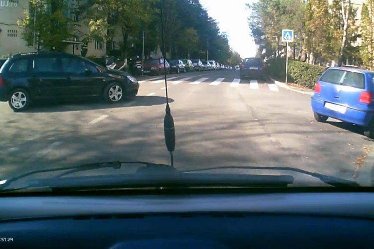 A uitat de prioritate și s-a lovit cu capul de pavilionul mașinii. INCIDENT pe Mehedinți - VIDEO