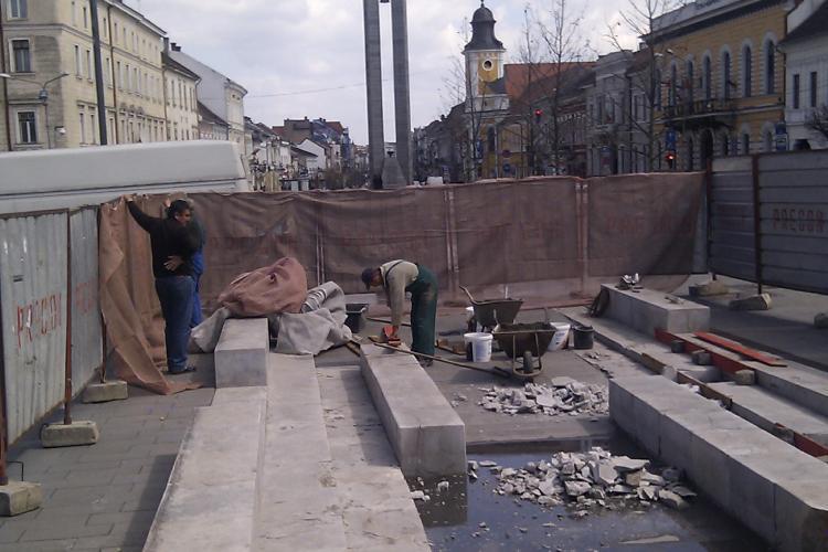 Fântâna arteziană din Piața Unirii este IARĂȘI în reparații - FOTO