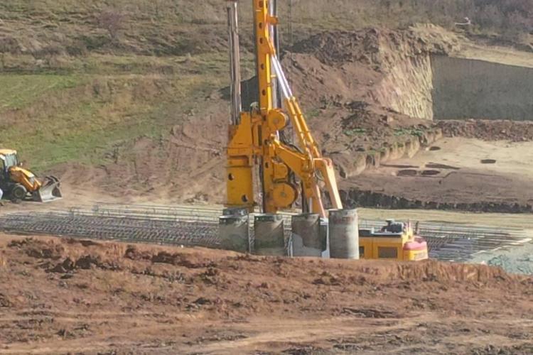 La Autostrada Transilvania se lucrează la terasament și piloni - FOTO