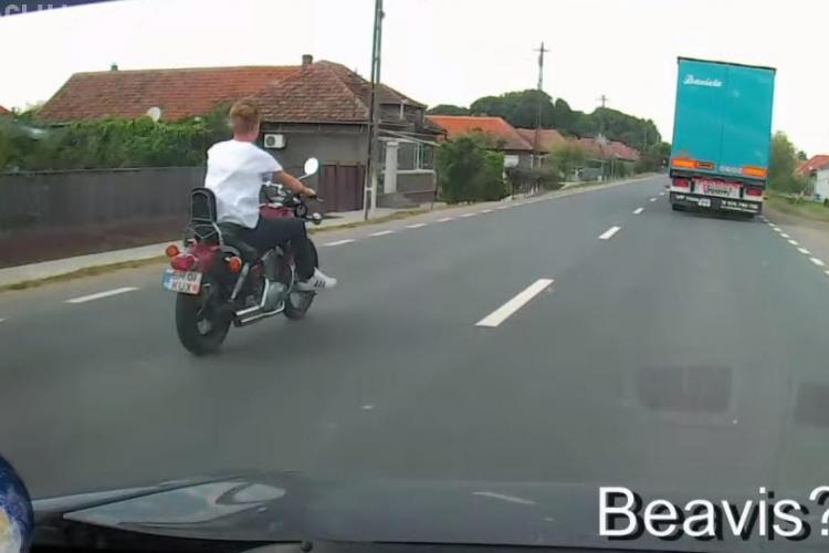 Meseriașii șoselelor la Cluj! Motociclistul fără cască ce se crede Beavis - VIDEO