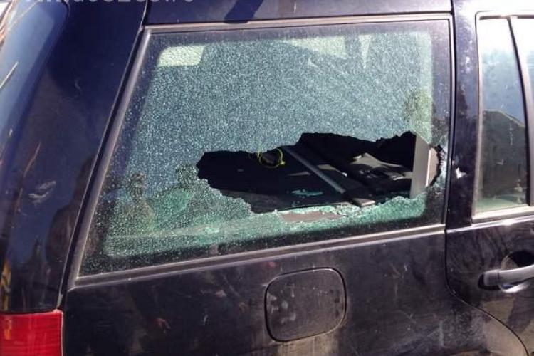 Suporterii maghiari au spart geamul unei mașini din Cluj: Am fost atacați pentru că avea tricolorul legat de masină