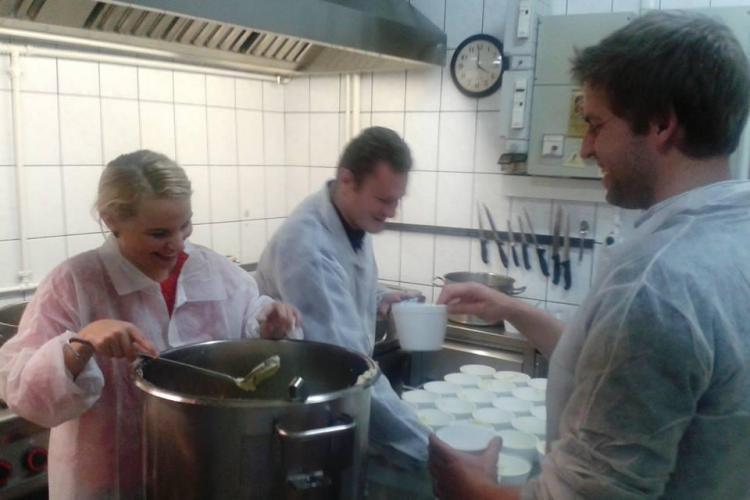 Clujeni de ISPRAVĂ! Gătesc în fiecare joi O MASĂ CALDĂ pentru cei săraci - FOTO