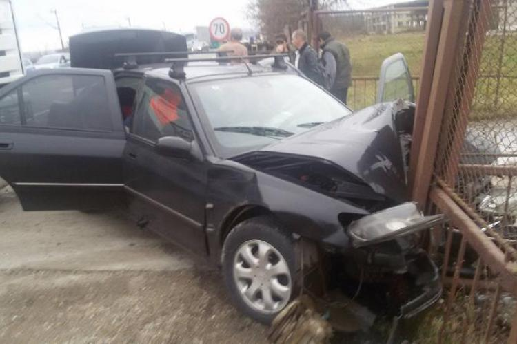 Accident la Jucu! Un șofer a intrat în poarta unei firme - FOTO