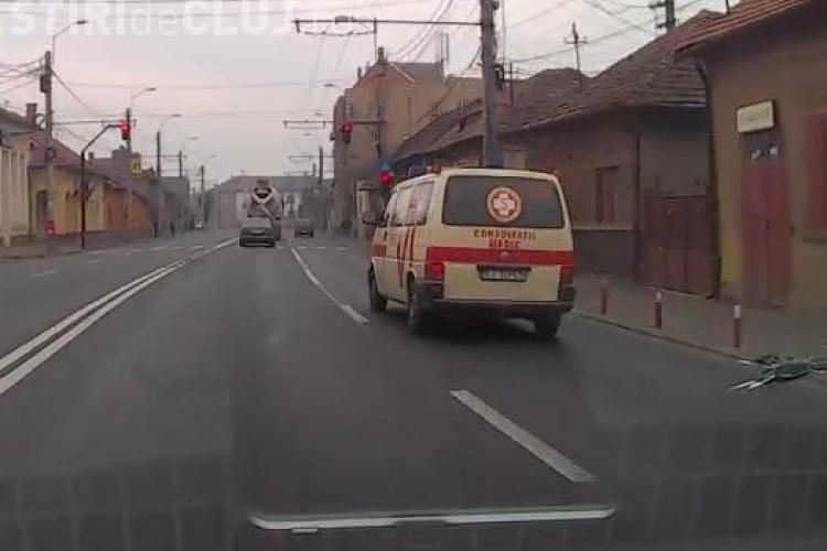 La Cluj ambulanțele trec pe roșu chiar dacă nu au sirena pornită - VIDEO