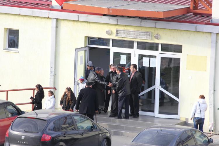ACL Cluj: Primarul comunei Apahida stă în fața secției și le spune oamenilor cu cine să voteze - FOTO