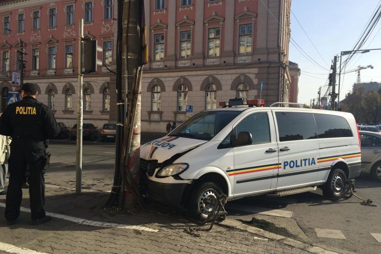 Accident cu mai multe victime în fața Tribunalului Cluj! O dubă de Politie a fost proiectată într-un stâlp FOTO
