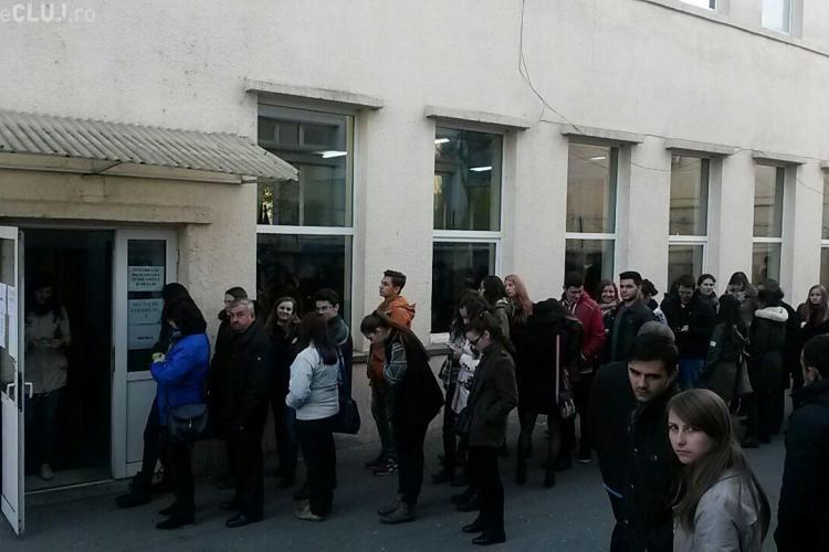 Cozi uriașe la secțiile de votare din zona Hașdeu: Așteptăm la coadă de peste 40 de minute FOTO și VIDEO