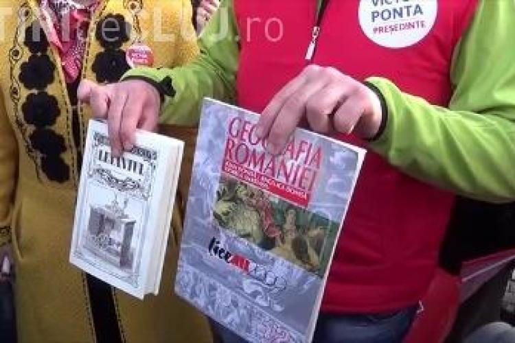 Iohannis a primit la Cluj cadou Geografia României, să învețe județele - VIDEO