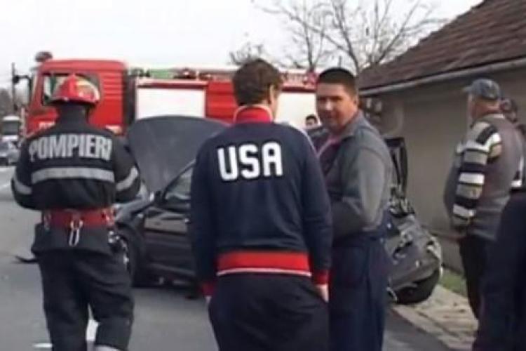 Accident cu trei mașini la Livada. Un autocar Fany a lovit din plin un autoturism VIDEO