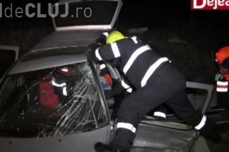 Accident grav pe centura de la Gherla, din cauza unei explozii de cauciuc. Un tânăr a rămas încarcerat VIDEO