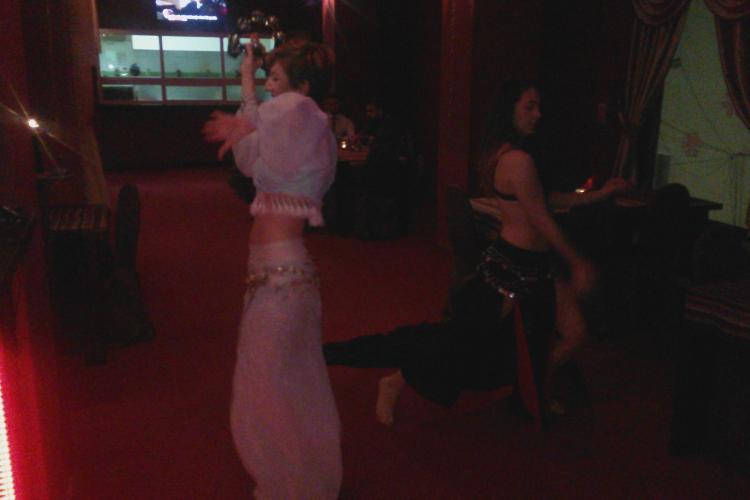 E frumoasă și talentată! O studentă din Cluj cântă ca un înger și dansează din buric într-un ritm amețitor - VIDEO