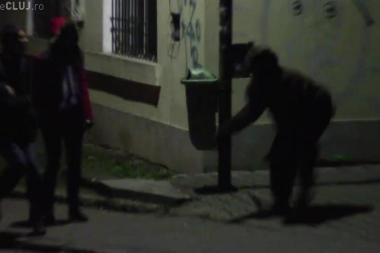 Cum reacționează un clujean cu iubita când vede un urs pe stradă? - VIDEO AMUZANT