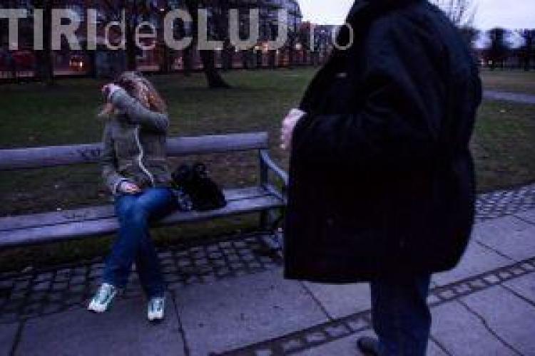 ȘOC într-un parc din Cluj! Trecea cu fetițele și i-a apărut un bărbat care se masturba. I-a notat nr. de la mașină
