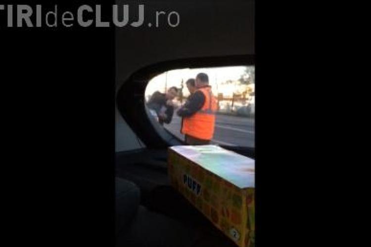 """Un portar de la RADJ Cluj le cere """"TAXĂ"""" șoferilor pentru a parca la Aeroport: """"A fugit dupa mine sa ii dau 5 lei"""" VIDEO"""