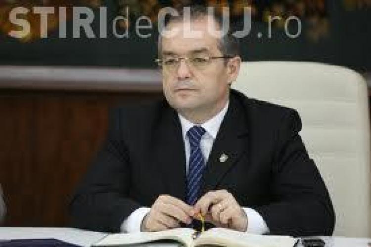 Un clujean a aruncat cu bancnote de 1 leu spre Emil Boc. Primarul i-a adunat pentru a-i pune la bugetul local VIDEO