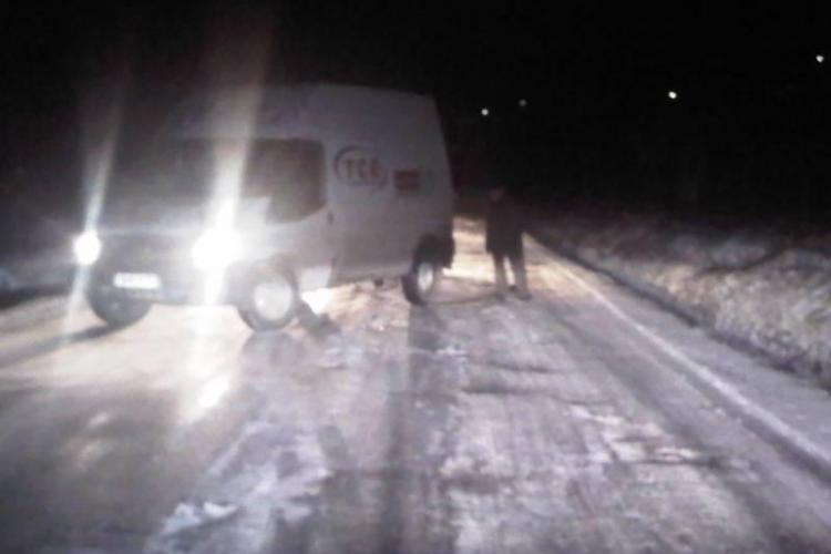 Mai multe autoturisme si un camion, blocate din cauza poleiului in zona Cabana Leghia. UPDATE Drumul a fost curatat