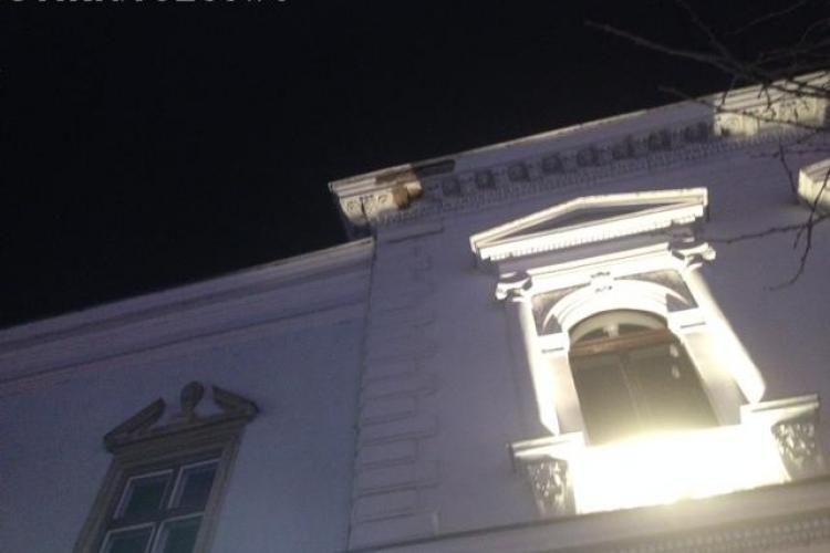 Cade tencuiala de pe Alpha Bank Cluj - FOTO