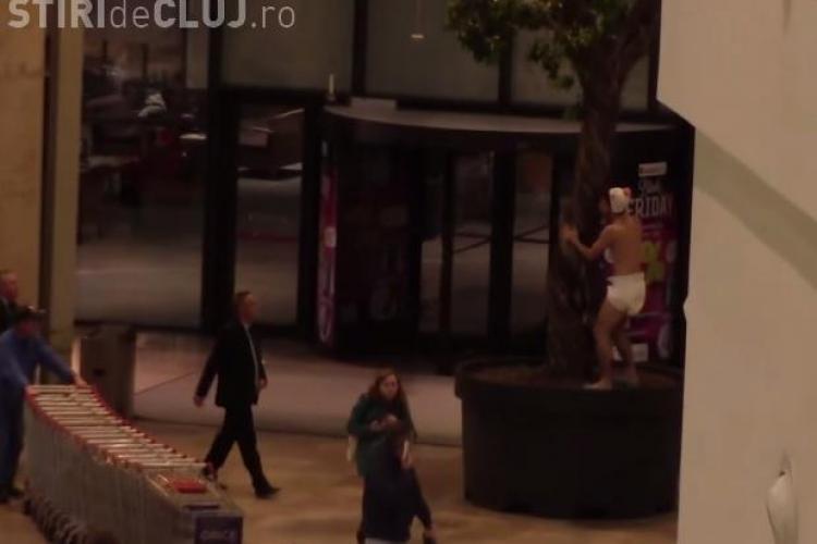A șocat lumea în Iulius Mall Cluj! Un tânăr a fugit gol prin mall, cu scutec pe el - VIDEO