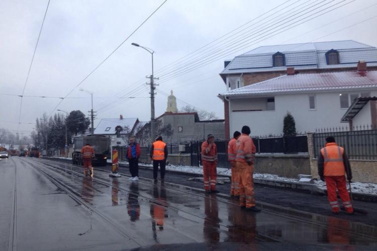 Pe strada Oașului se toarnă asfalt pe ninsoare - FOTO