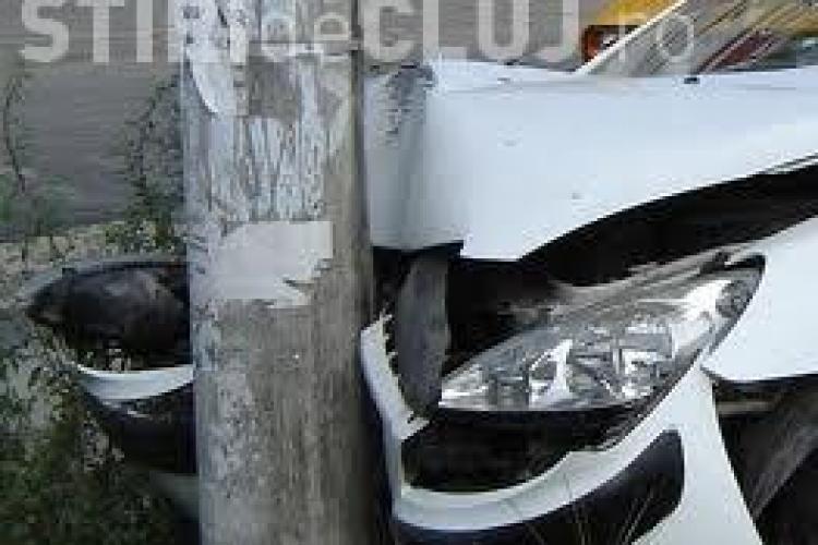 Un tânăr de 18 ani, beat și fără permis, a intrat cu mașina într-un stâlp la Gherla