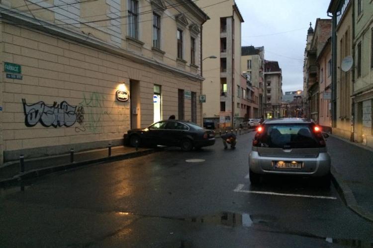 Accident GREU de explicat în centrul Clujului! A intrat cu mașina în clădire - Galerie FOTO