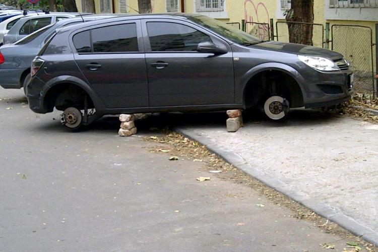 Un clujean a furat roțile și plăcuțele unei mașini de pe strada Egdar Quinet