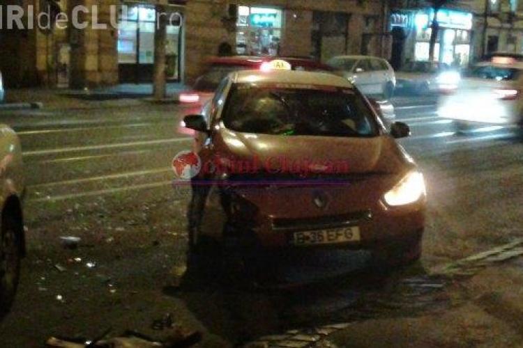 Accident cu patru mașini pe George Barițiu, joi seara. Un taxi a ricoșat în mașinile parcate -  FOTO