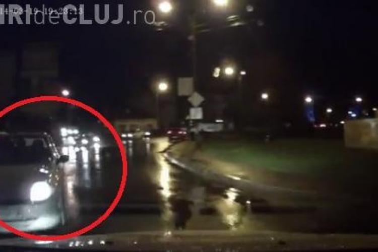 VIDEO LIVE - Un șofer de 70 de ani a intrat INVERS în sensul giratoriu și a lovit o mașină