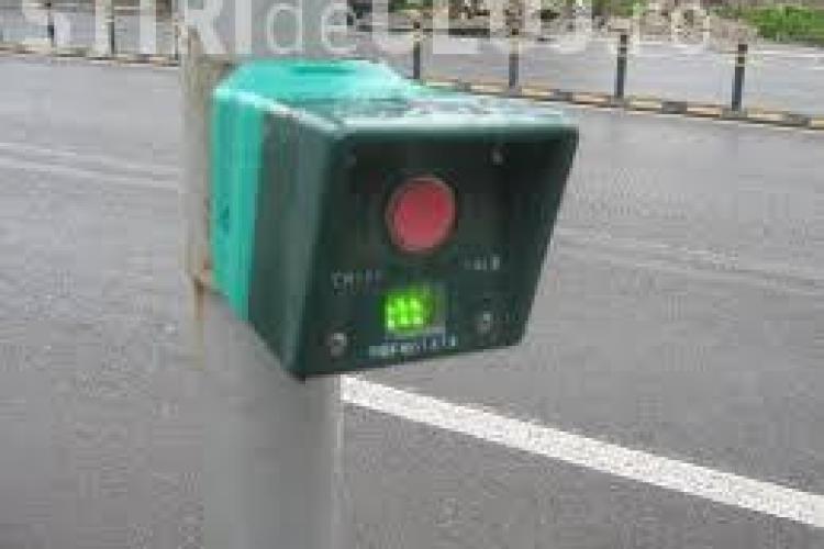 Două semafoare cu butoane montate în Cluj-Napoca. În Baciu și Gheorgheni