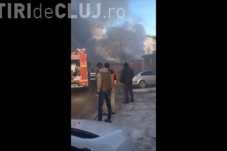 Incendiu pe strada Tășnad din Cluj-Napoca! Un garaj s-a făcut scrum, cu tot cu mașina parcată înauntru
