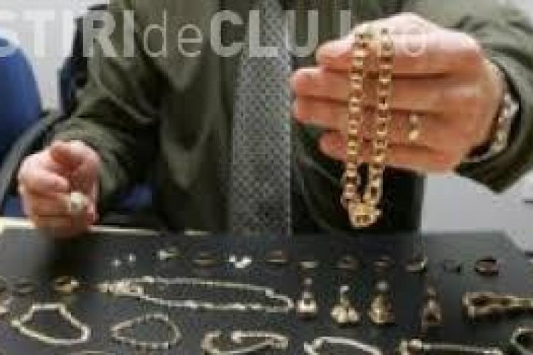 Hoț prins la Dej după ce a furat bijuterii de peste 8.000 euro. Victima le ascunsese în mașină de frică