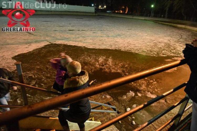 Patinoarul de la Gherla s-a închis după ce gheața s-a spart. O fetiță de 6 ani a căzut în apă VIDEO