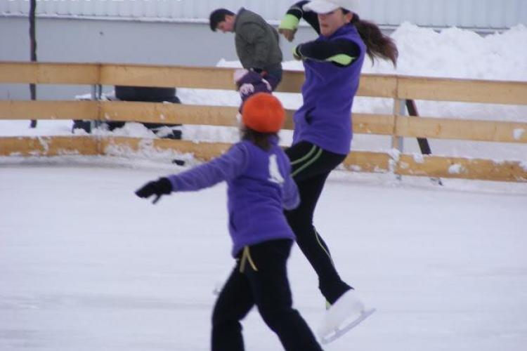 Cursuri de patinaj la patinoarul Fiesta, din parcarea Cora
