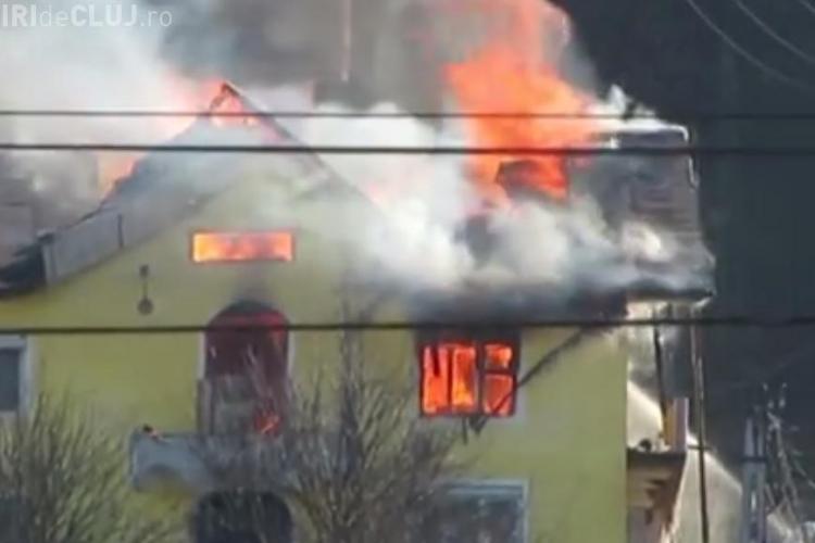 O vilă din județul Cluj a ars ca o torță! Incendiul DEVASTATOR produs din vina proprietarului - VIDEO