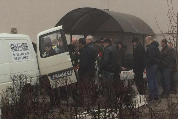 Femeia din Turda și fiul ei, uciși în Italia de soț cu un pistol, au fost înmormântați - FOTO